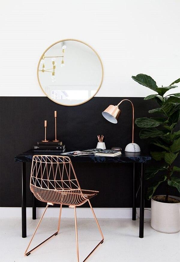 Escrivaninha preta com design simples