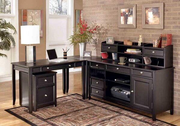 Escrivaninha preta com design vintage em formato L