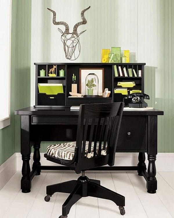 Escrivaninha preta com gavetas e nichos com design vintage
