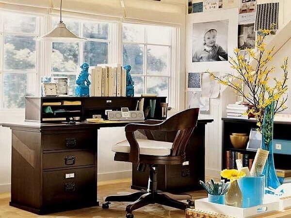 Escrivaninha preta com gavetas e nichos