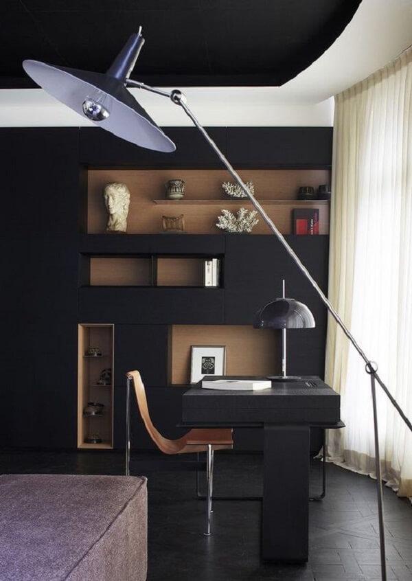 Escrivaninha preta com luminária de chão elegante