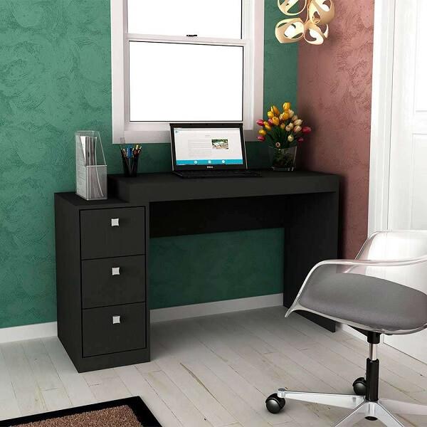 Escrivaninha preta com três gavetas e nicho