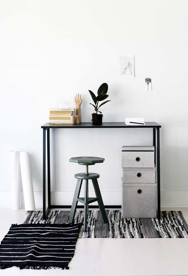 Escrivaninha preta compacta e alta com detalhe especial para o gaveteiro alternativo