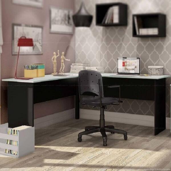 Escrivaninha preta em l com tampo de vidro e gavetas