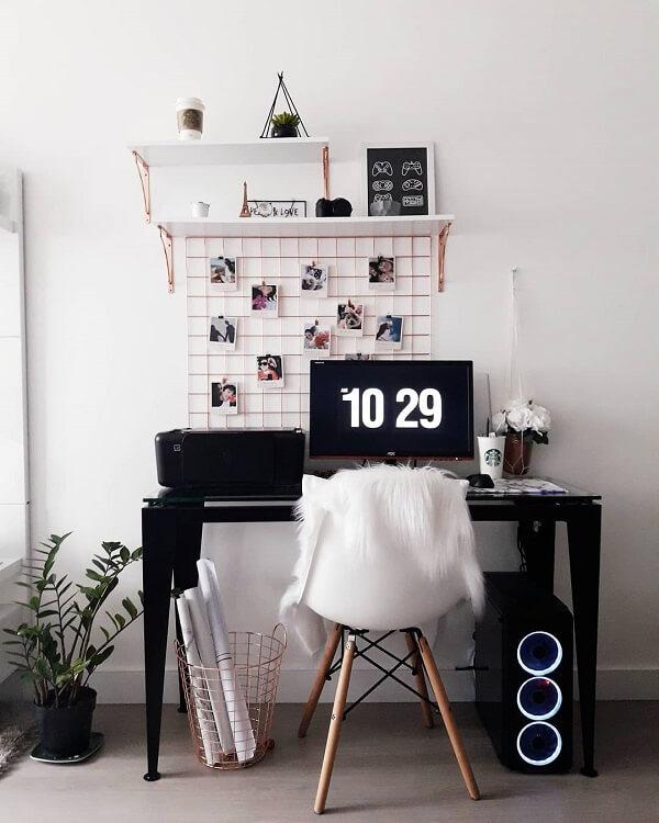 Escrivaninha preta pequena serve de apoio para computador
