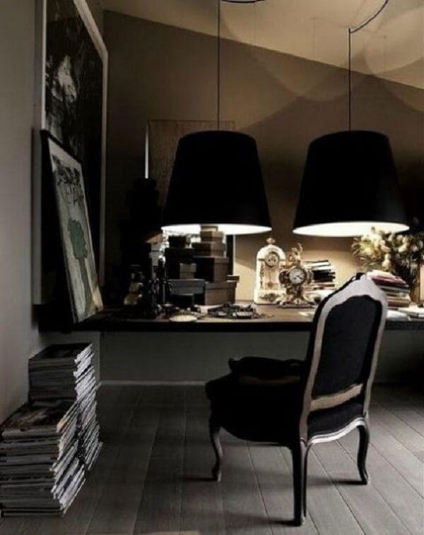 Escrivaninha preta suspensa com cadeira refinada