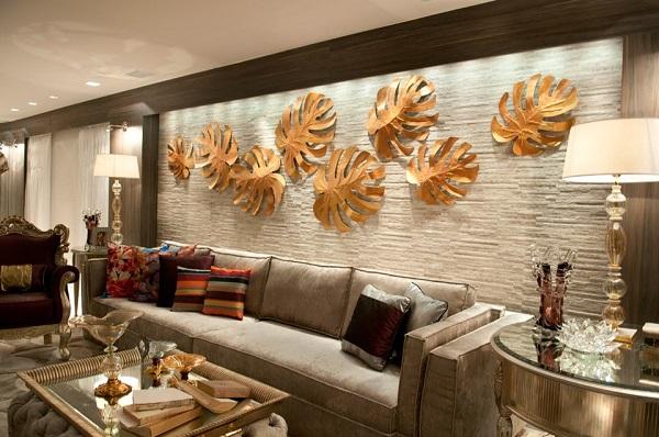 Esculturas no tom dourado encantam a decoração da sala de estar