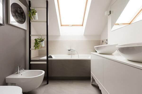 Estruture um banheiro mais privativo e relaxante no sótão