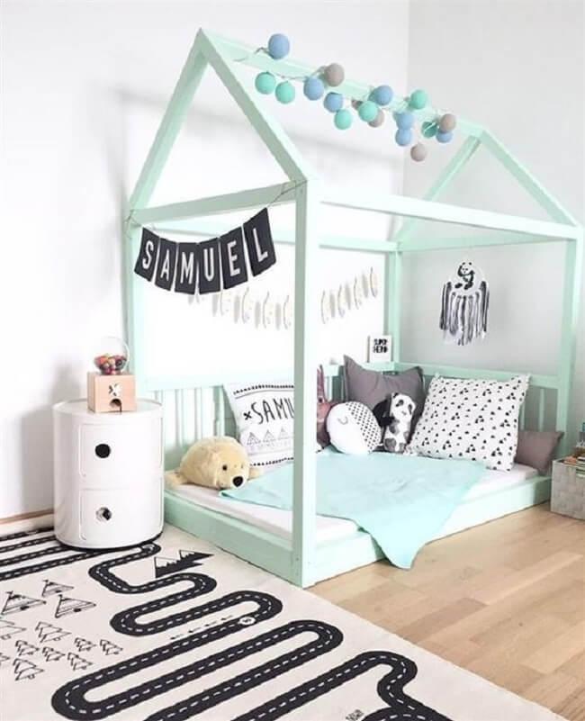 Faixas em tecido com as letras do nome decoram a cama montessoriana