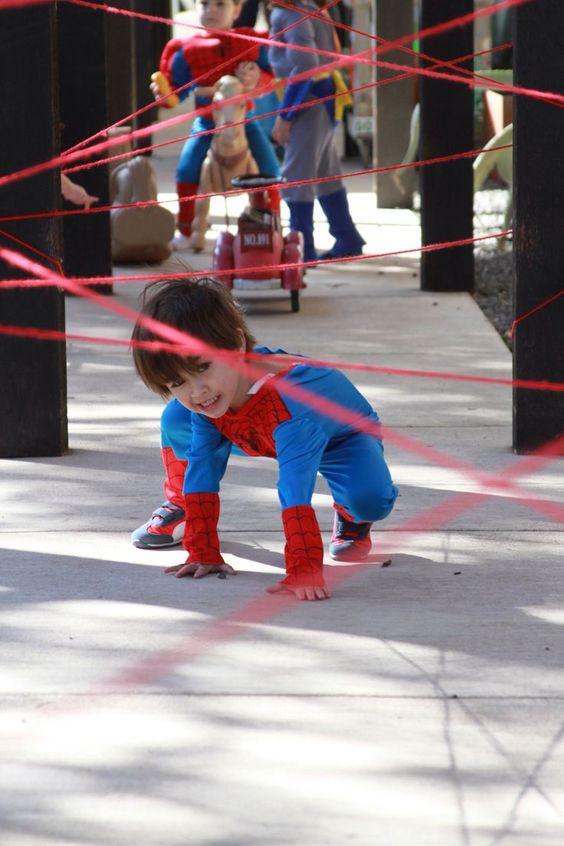 Festa do homem aranha com crianças fantasiadas