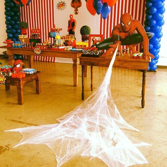 Festa do homem aranha com teia de aranha na decoração
