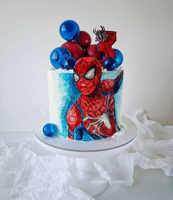 . Festa simples com um bolo de festa do homem aranha