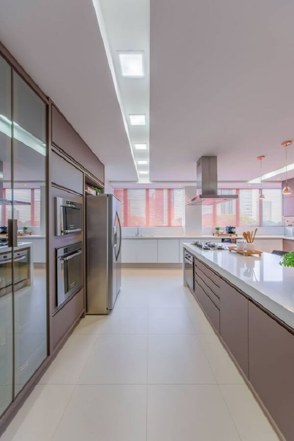 Forro de gesso com rasgo complementa a decoração da cozinha