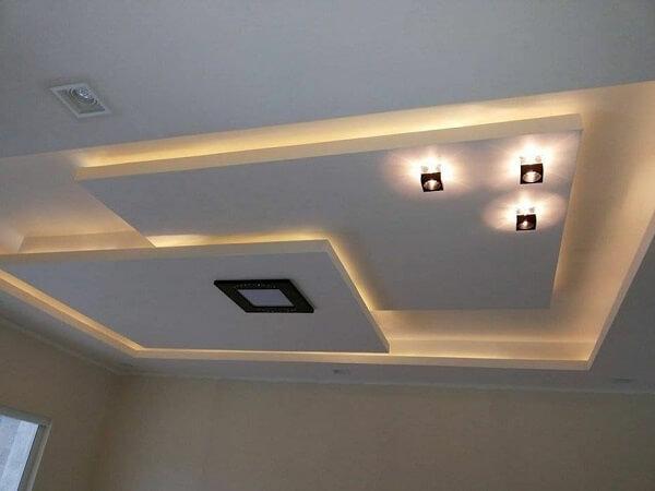 Forro de gesso com recorte e iluminação metálica