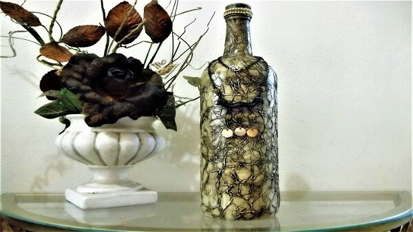 Garrafa de vidro decorado com betume e papel de seda