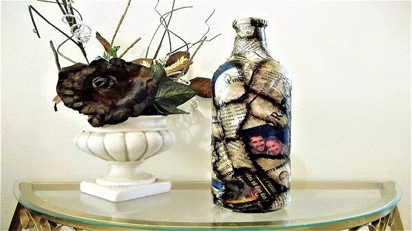 Garrafa de vidro decorado com jornal e betume