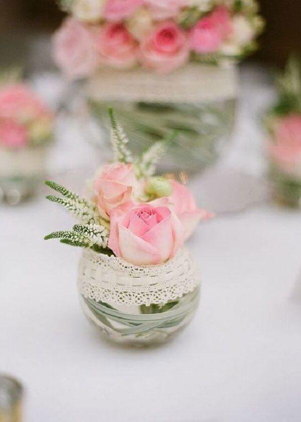 Garrafas de vidro decoradas com renda encantam a decoração da mesa