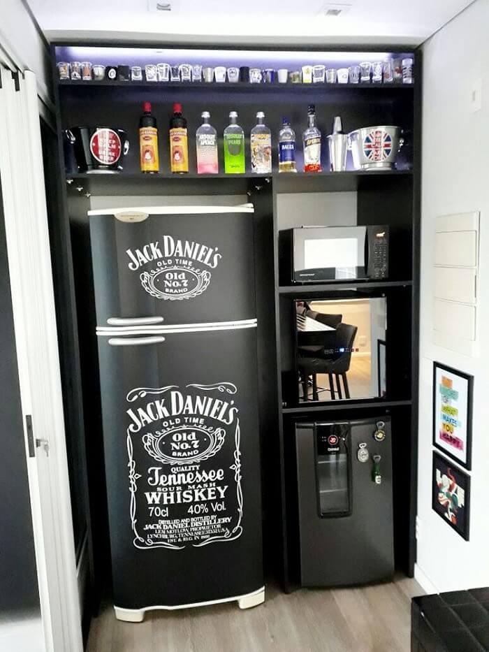 Geladeira envelopada preta com a marca Jack Daniels