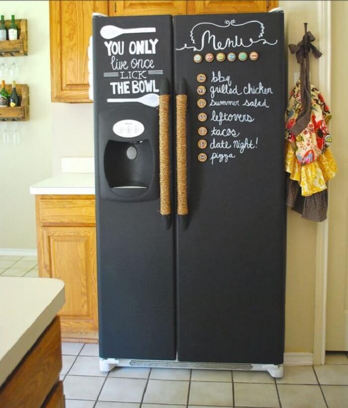 Geladeira envelopada preta de duas portas
