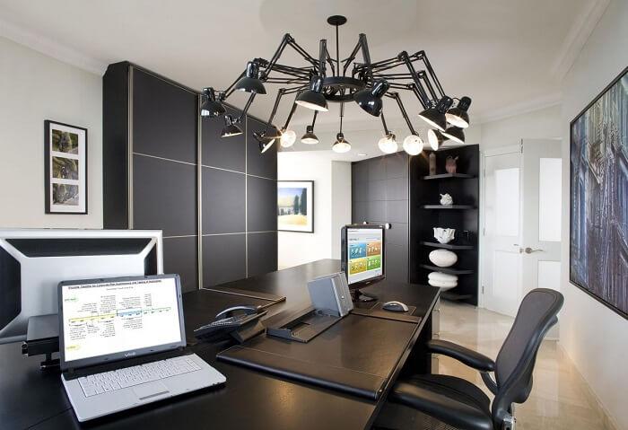 Home office conta com a presença da cadeira para escritório feita em tela