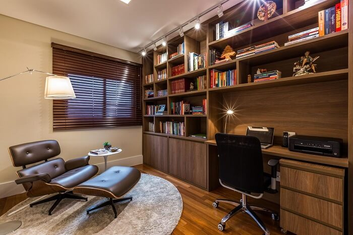 Home office com diferentes modelos de cadeira para escritório