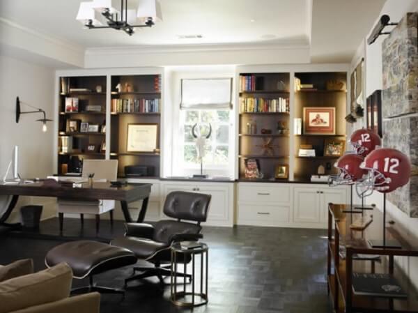 Home office com escrivaninha preta e estantes embutidas com luzes