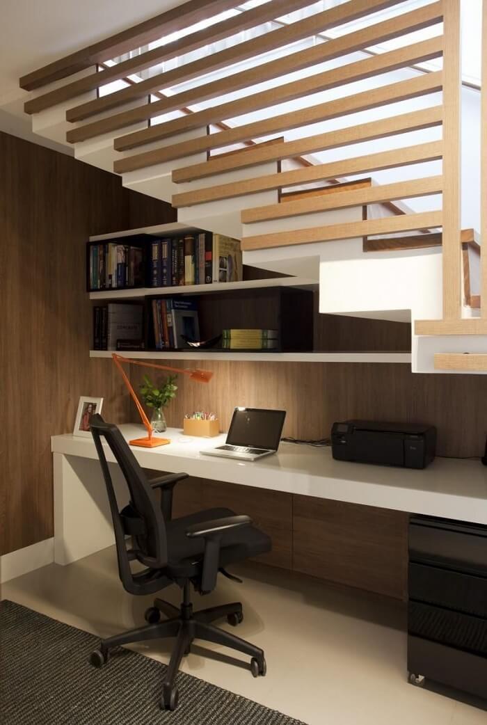 Home office com prateleira e cadeira para escritório presidente