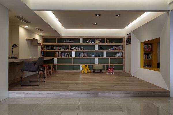 Home office decorado com sanca de gesso e iluminação embutida