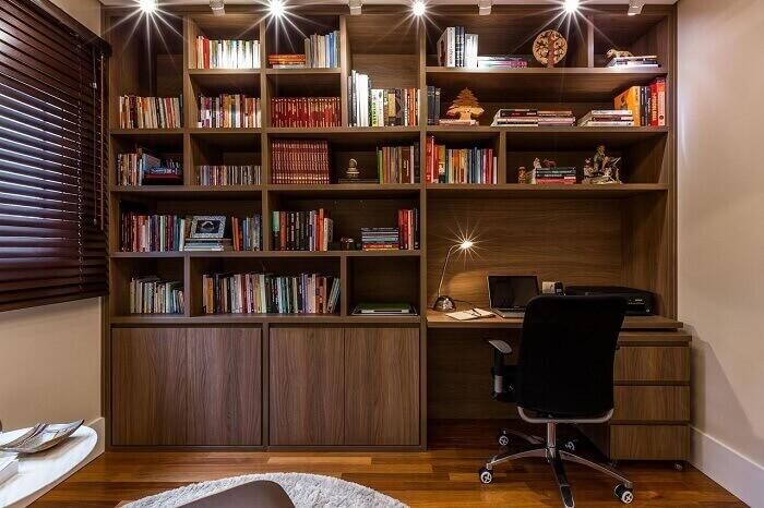 Home office e biblioteca integrados contam com a presença de uma cadeira para escritório presidente