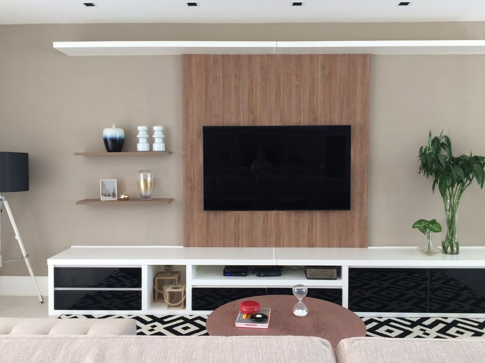 Home para sala - painel para tv com rack e nichos brancos