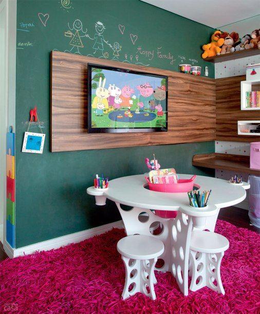 Home para sala - parede de lousa verde e painel para tv de madeira