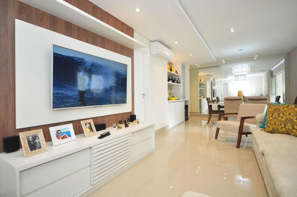 Home para sala - sala de estar clara com painel de madeira para TV