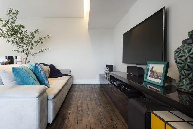 Home para sala - sala de estar com sofá branco e painel de TV