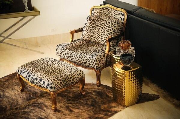 Inclua na decoração do ambiente móveis com acabamento em dourado