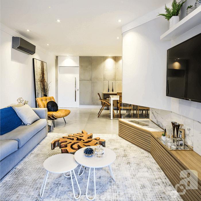 Invista em cores claras nas paredes e insira móveis coloridos no ambiente