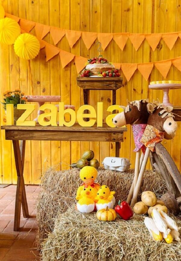 Invest in a yellow and orange decoration with the theme farmhouse party