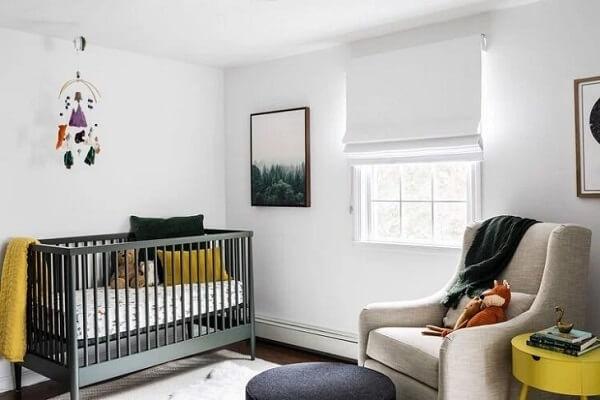 Mantenha a privacidade do quarto de bebê e invista em uma persiana romana. Fonte: Jessica Ford