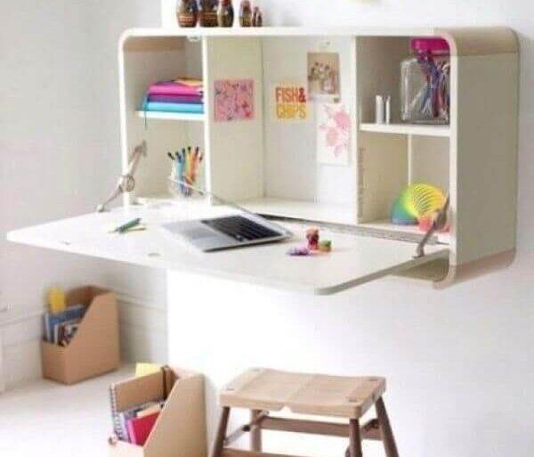 Mesa dobrável de parede com prateleiras para estudar