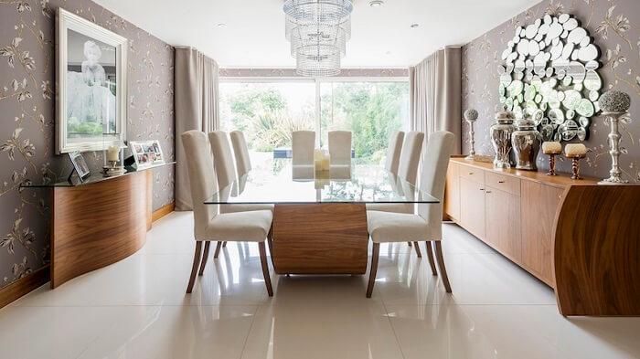 Mesa retangular com tampo de vidro e base de madeira