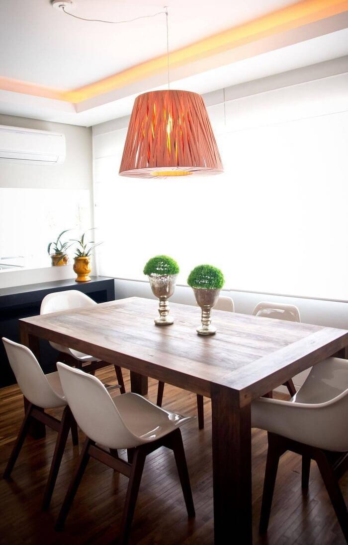 Mesa retangular de madeira combina perfeitamente com as cadeiras na cor branca