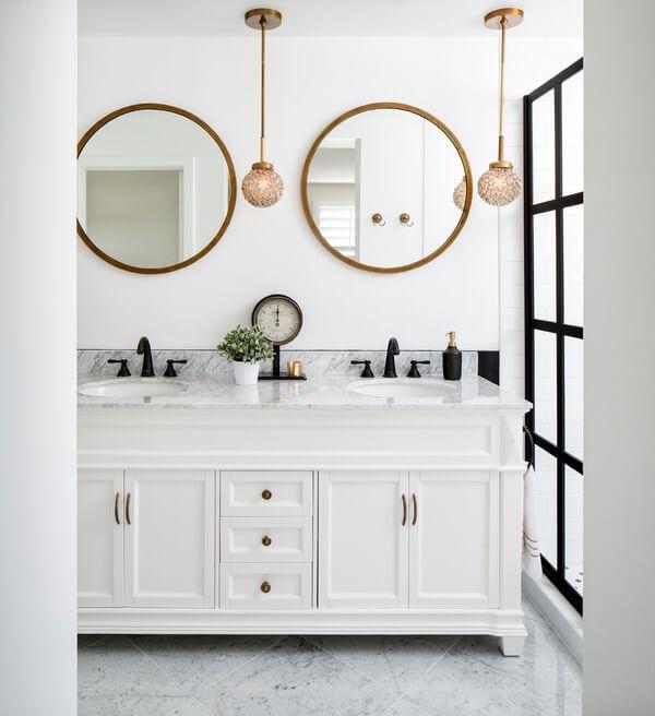 Mescle as cores branco e dourado na decoração do banheiro, o resultado é incrível