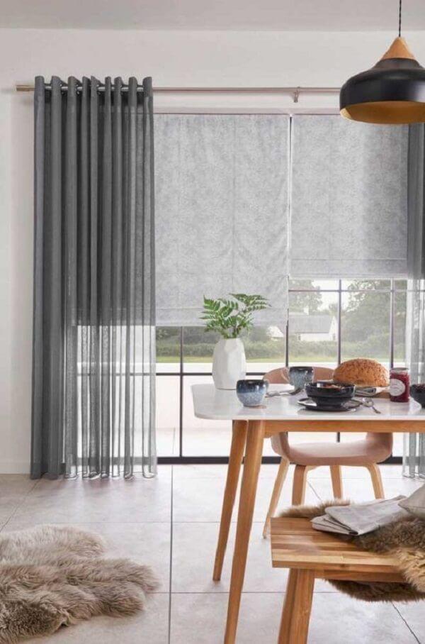 Mescle materiais e texturas cortina e persiana romana se misturam na decoração. Fonte: Pinterest