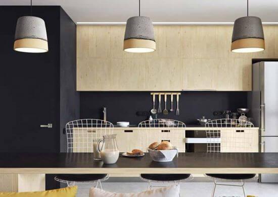 Modelo de bancada de madeira com tampo preto traz sofisticação para a decoração