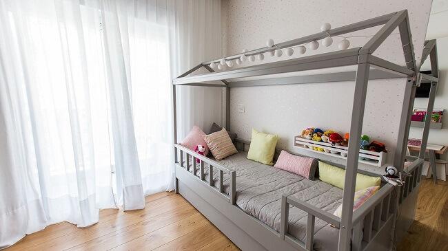 Modelo de cama montessoriana com marcenaria cinza
