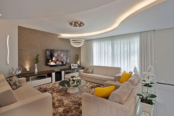 Moldura de gesso curva complementa a decoração da sala de estar