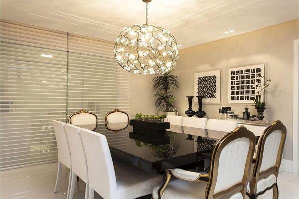 Nesta sala de jantar o dourado faz parte do acabamento das cadeiras