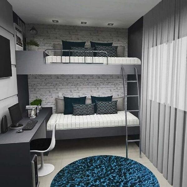 O papel de parede é o ponto de destaque na decoração do quarto com beliche com escrivaninha embaixo
