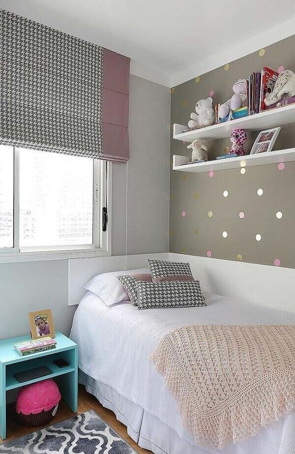 O tecido das persianas para quarto em estilo romano foram utilizadas nas almofadas sobre a cama