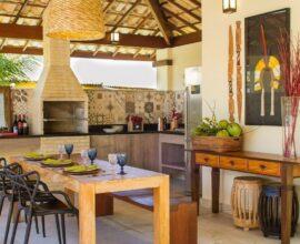 O tijolinho com os ladrilhos marcam presença neste espaço e deixam a área da churrasqueira pré-moldada ainda mais linda