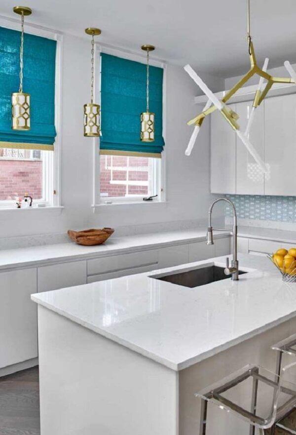O tom azul da persiana quebra a neutralidade da cozinha. Fonte: Pinterest